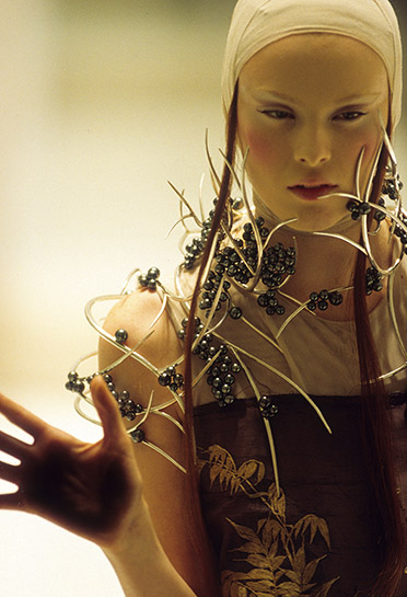 4._Tahitian_pearl_neckpiece_Shaun_Leane_for_Alexander_McQueen_Voss_Spring_Summer_2001_copyright_Anthea_Sims_1 620